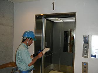 中エレベーター・エスカレーター保守・点検の様子
