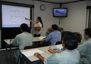 プロジェクターと液晶テレビを利用した教育風景
